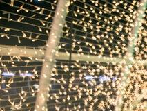 星形状沿圣诞节导线的bokeh衬里的样式  免版税库存图片