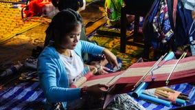 星期一妇女编织一种织品在Sangkhlaburi街市上 免版税图库摄影