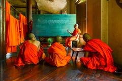 星期一学习语言的新手修士教由资深修士 免版税库存图片