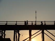 星期一桥梁,在崩溃前的北碧,泰国照片在silhoue 图库摄影