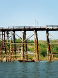 星期一桥梁,在Sangkhlaburi,北碧,泰国的柚木树木头 库存照片