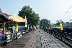 星期一桥梁,最长的木桥的大气在泰国- 2019年4月20日 库存图片