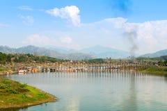 星期一桥梁, Sangklaburi,泰国最长的木桥梁  免版税库存图片
