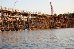 星期一桥梁Uttamanusorn,最长的木桥 免版税库存照片