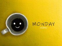 星期一震动在蓝色背景的咖啡杯微笑 库存图片