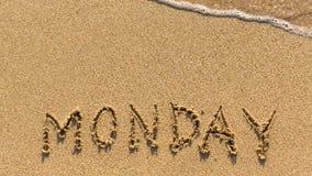 星期一-在沙子海滩得出的词 免版税图库摄影