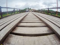 星期一bridgeUttama Nusorn桥梁在Sangkhlaburi区,北碧省,泰国 Thailand's最长的木桥和 免版税库存图片