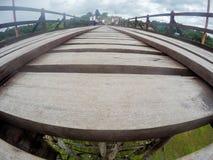 星期一bridgeUttama Nusorn桥梁在Sangkhlaburi区,北碧省,泰国 Thailand's最长的木桥和 图库摄影