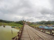 星期一bridgeUttama Nusorn桥梁在Sangkhlaburi区,北碧省,泰国 Thailand's最长的木桥和 免版税库存照片