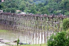 星期一bridgeUttama Nusorn桥梁在Sangkhlaburi区,北碧省,泰国 Thailand's最长的木桥和 库存图片