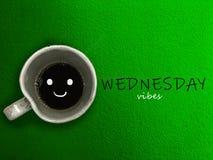 星期三震动在蓝色背景的咖啡杯微笑 免版税图库摄影