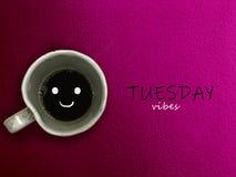 星期二震动在桃红色背景的咖啡杯微笑 免版税库存照片