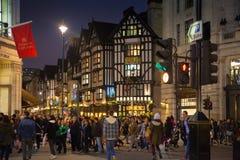 黑星期五周末在伦敦在圣诞节前的第一销售 摄政的街道 库存图片