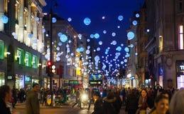 黑星期五周末在伦敦在圣诞节前的第一销售 牛津街 免版税库存照片