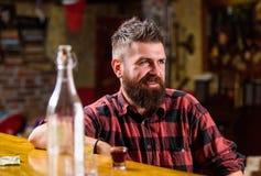 星期五晚上 放松在酒吧的行家 有饮料和放松的酒吧放松的地方 有胡子的人花费休闲 免版税库存照片