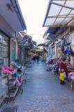 星期六2016年12月3日-一个地方市场的老街道在塞萨罗尼基,希腊 库存图片