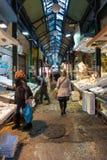 星期六2016年12月3日-人们在塞萨罗尼基,希腊食物市场上  库存图片