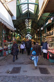 星期六2016年12月3日-人们在塞萨罗尼基,希腊食物市场上  免版税图库摄影