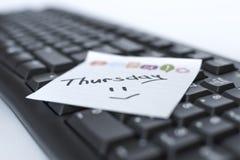 星期在贴纸的书面标志在键盘 库存图片