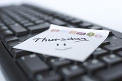 星期在贴纸的书面标志在键盘 免版税库存图片