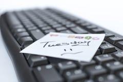星期在贴纸的书面标志在键盘 免版税库存照片
