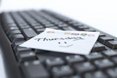 星期在贴纸的书面标志在键盘 免版税图库摄影