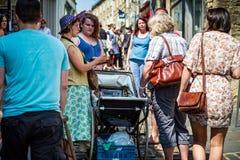 星期天市场在Frome -摇篮车摊位 库存照片