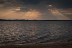 星期日光芒在湖的 库存图片