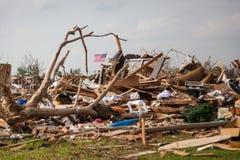 星条旗在龙卷风残骸中 库存照片