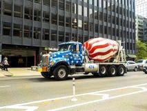 星条旗绘的混凝土搅拌机卡车 库存照片