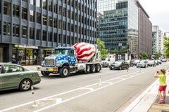星条旗绘的混凝土搅拌机卡车 免版税库存图片
