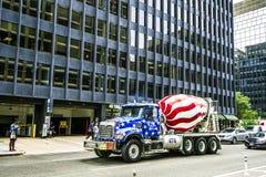 星条旗绘的混凝土搅拌机卡车 免版税库存照片
