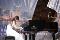 星河艺术中心戏剧钢琴白色的年轻老师  图库摄影