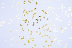 星状在蓝色背景洒 假日、党和cel 免版税库存图片