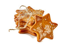 星状姜曲奇饼堆栓与在白色的绳索 库存照片