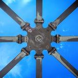 星状支撑结构从下面被采取反对蓝天,抽象几何印象 免版税库存照片
