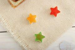 以星的形式糖果在一条亚麻制毯子 免版税库存图片