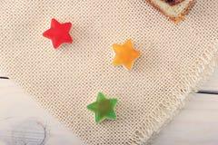 以星的形式糖果在一条亚麻制毯子 图库摄影