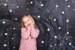 星背景的女孩  免版税图库摄影