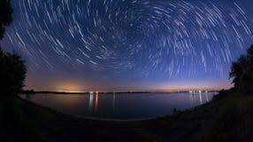 星落后与徒升作用在湖边 免版税库存照片