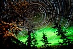 星足迹和在天空的北极光在taiga 免版税图库摄影