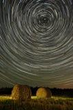 星足迹和麦田与干草堆 库存照片