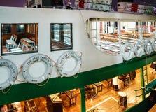 星轮渡是一名客船服务操作员在运输横跨维多利亚港口的乘客的香港 免版税库存图片