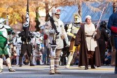 星际大战在亚特兰大圣诞节游行的字符步行 免版税库存图片
