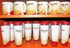 星巴克杯子在莫斯科星巴克,俄罗斯 免版税库存照片