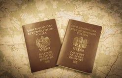 映射和准备好两本的护照使用 古色古香的照片 免版税库存图片