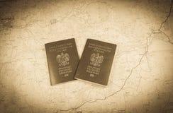映射和准备好两本的护照使用 古色古香的照片 免版税库存照片