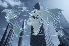 映射在世界地图上的别针平的网络与网络连接 免版税图库摄影