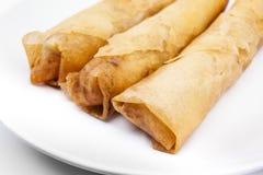 春卷(粤式点心或Loempia),在白色背景的烹调。 免版税库存图片