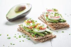 春天三明治用鲕梨、香葱和鸡蛋 库存图片